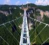 Foto: AP/ LETA|Ķīnas Džandzjadzje kalnos atklāts pasaulē augstākais un garākais tilts ar stikla apakšu.