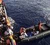 | Itālijas krasta apsardze pirmdien koordinēja apmēram 6500 migrantu izglābšanu Vidusjūrā pie Lībijas, un šī bija viena no noslogotākajām migrantu dzīvību glābšanas dienām pēdējo gadu laikā. Foto: AFP/ LETA