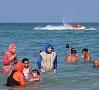 |Francijas kūrortpilsētā Kannās atcelts aizliegums pludmalēs nēsāt visu ķermeni sedzošos peldkostīmus jeb burkini. Foto: EPA/LETA
